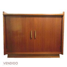 Barcito o Credenza de Madera para licores  Gabinete chico de madera con aplicaciones de bronce para guardar botellas y licores.   Alto: 51cm  Ancho: 40cm   Largo: 64cm