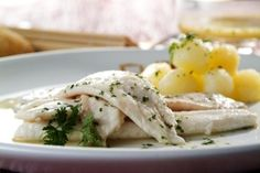 Receta de Filete de Gallo con salsa de albariño.    Ingredientes:   8 filetes grandes de gallo limpios, 250 gr de patatas pequeñas, 500 ml de vino albariño, 1 cucharada perejil picado, pimienta blanca, sal.