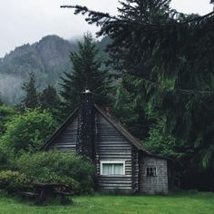 Cozy cabin in the woods Cabin Homes, Log Homes, Home Modern, Little Cabin, Cabins And Cottages, Cozy Cabin, Cabins In The Woods, Home Living, Slow Living
