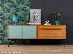 Wundervolles Sideboard aus den 1960er Jahren mit viel Stauraum. Hochwertiger Korpus in Teak Furnier mit vier Schubladen, zwei resopalbeschichteten Schranktüren in taubenblau und neuen,...