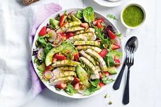 This BBQ chicken salad with strawberries will not only impress your guests, it'll impress you, too! Bbq Chicken Salad, Chipotle Chicken, Chicken Nachos, Mexican Chicken, Midweek Meals, Healthy Dinners, Healthy Food, Chicken Breast Fillet, Cottage Pie