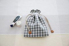 小さな巾着袋のリボンのつまみに本革をつけて、おしゃれ&便利に。/切って、貼って、縫って 本格革小物(「はんど&はあと」2012年10月号)