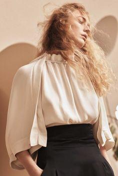 La firma española trae novedades esta primavera gracias a su nueva colección, protagonizada por prendas-deseo comprometidas con el medio ambiente y diseñadas tanto para mujer como para hombre.
