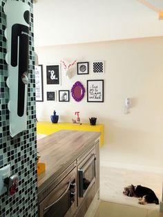 Apartamento da leitora Larrisa, uma decoração que vai te deixar de queixo caído! Com uma decoração pop e moderna, mas clean ao mesmo tempo, ela reuniu toques de cores em seu pequeno apartamento. Veja mais clicando na imagem!