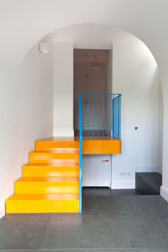Here is the deco inspiration of the day, this is a completely renovated London apartment. Yellow Stairs, Architecture Design, Painted Staircases, London Apartment, Interior Decorating, Interior Design, Studio Interior, Interior Stairs, Staircase Design