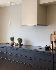 Det alla var mest skeptiska till inför renoveringen, var att ha svart kök (innan det blev sån trend). Det kommer bli för mörkt, dominerande… Tapas, Kitchen Cabinets, Home Decor, Interior Design, Home Interior Design, Dressers, Home Decoration, Decoration Home, Kitchen Cupboards
