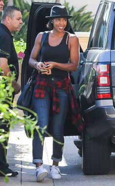 Kelly Rowland from The Big Picture: Today's Hot Pics The singer looks funky… Jean Outfits, Casual Outfits, Cute Outfits, Celebrity Moms, Celebrity Style, Celebrity Photos, Kelly Rowland Style, Sneakers Looks, Lauren London