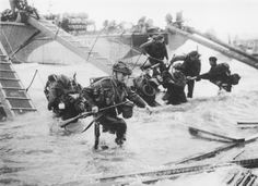 Juno Beach D-Day Landings Troops from the Royal Marines at Saint-Aubin-sur-mer on Juno Beach, Normandy, France, during the D-Day landings, June (Photo by Hulton Archive/Getty Images) Us Marines, Royal Marines, D Day Normandy, Normandy Beach, Normandy France, Normandy Ww2, D Day Photos, British Commandos, Juno Beach
