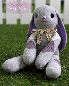 """Je continue dans la série """"coudre une peluche à partir d'une chaussette"""" ! Aujourd'hui, je vous propose de coudre un lapin, grâce au tutoriel trouvé sur Craft Passion."""