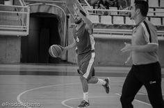 Adrián Fuentes liquidó el último cuarto con tres triples casi consecutivos (y 11 puntos). Fuentes además repartió 4 asistencias, logró 3 recuperaciones y capturó 4 rebotes. El base malagueño toma ventaja para hacerse con un puesto en el quinteto titular del equipo.  #baloncesto #basket #Lucentum #Alicante #PretemporadaLucentum Alicante, Basketball Court, Base, Sports, Basketball, Cartagena, Fonts, Room, Hs Sports