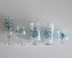 Bonjour, This is a set of 5 drinking glasses with VERONICA pattern from Arcopal . They are in perfect vintage condition. Dimensions ( photo #2
