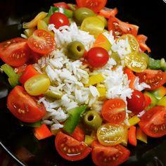 Vous aimez beaucoup trop les féculents pour vous en passer ? Ce n'est pas un problème ! Pour limiter la quantité que vous consommez, ajoutez-y toutes sortes de légumes, épices et relevez ainsi la saveur de vos pâtes, riz ou pommes de terre.  Ici par exemple une salade de riz très simple : Riz, tomates, tomates cerises, poivrons et olives vertes.