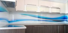 sklenená zástena z grafického skla v kuchyni