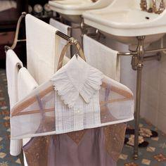 Un cintre habillé d'un col de chemise