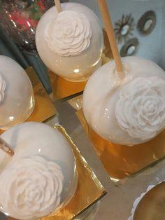 White candy apples @one_skinny_baker Paletas Chocolate, Chocolate Caramels, Chocolate Covered Apples, Caramel Apples, Wedding Sweets, Wedding Candy, Apple Cake Pops, Gourmet Apples, Apple Decorations
