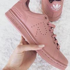 """#mulpix ⏩ Adidas Stan Smith """"Raf Simons"""" 👟 ⚫Mujer 👩 ⚫Variados Colores y Tallas. ⚫🚨MODELO EXCLUSIVO🚨 ▶ Disponible para encargos. ✅ Cotizaciones/Pedidos vía DIRECT. 📥 #instachile #ventas #adidas #zapatillasconEstilo #rafsimons #stansmith #volxstore_"""