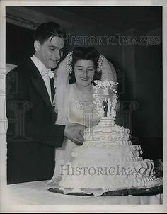 1947 Press Photo Pete Gianas and wife with wedding cake