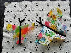 Coloridas mariposas con blondas de papel.