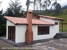 Casa diseñada en desnivel, teja de barro, chimenea, puertas y ventanas metálicas, terminado de pared con textura.