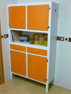 Antigua alacena restaurada. Da un toque retro a tu cocina. ¿Quieres saber como se ha hecho? Visita nuestro blog.