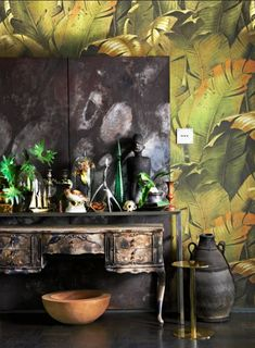 Modern console combined with an antique table, with floral backdrop Find more… Room Inspiration, Interior Inspiration, Design Inspiration, Hallway Console, Console Table, Tropical Wallpaper, Wallpaper Jungle, Palm Wallpaper, Botanical Wallpaper
