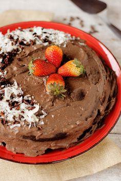 Bolo vegano de chocolate com ganache de prestígio | Receita | herbi-voraz.com #bolovegano #bolodechocolate #ganacheproteica #ganache #chocolate #vegancake #veganchocolatecake #prestígio #docevegano #vegan