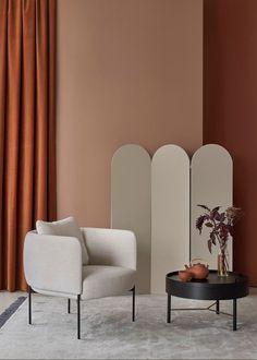 Seinät on maalattu vuoden värillä N405 Ruukku ja sävyllä S471 Etruski, maalina täyshimmeä Harmony. Sermi on käsitelty himmeällä Helmi-kalustemaalilla Y487 Piazza -sävyyn. Ruokailutilan seinät, lattia