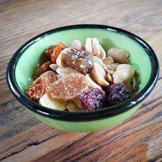 Diese Schüssel sieht aus als ob sie schweben würde. Kein Wunder bei diesem überraschend salzig-fruchtigem Mix.   #rhabarber #bananenchips #mixtrail #seeberger #salzig #fruchtig  #getrocknet #geröstet #cranberry #cranberries #physalis #rhubarb #mandeln #honigsalzmandeln #gesund #gesundessen #lecker #essen #snack #snacktime #healthysnack #snacks #fruit #plantbased #vegansofig #veganfoodshare #whatveganseat #veganfood #vegetarian #govegan #organic #yum #yummy #woodtable #specialtreat