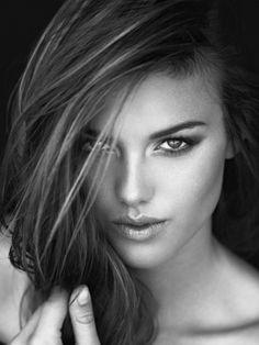 Portrait - Editorial - Black and White - Photography - Pose Idea Foto Portrait, Beauty Portrait, Female Portrait, Beauty Photography, Creative Photography, White Photography, Portrait Photography, Photography Books, Photography Lighting