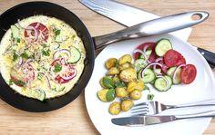 Omelet med stegte kartofler og salat