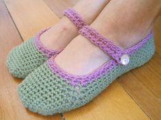 Free pattern and tutorial for crocheted Mary Janes. Made in one piece so no seams to join. Wahoo! I'm in.