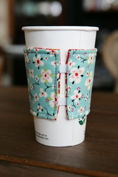 Coffee Cozy - Reversible These are a great idea! Coffee Cozy Reversible by tinamagee on Etsy Sewing Tutorials, Sewing Hacks, Sewing Patterns, Homemade Gifts, Diy Gifts, Quilting Projects, Sewing Projects, Fabric Crafts, Sewing Crafts