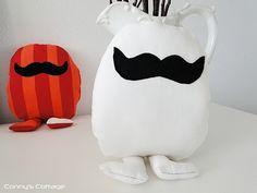 Mister Schnurrbart zum Schmusen.   Macht einfach nur Freude.    Mister Schnurrbart ist 29 cm hoch und 18 cm breit.    Damit das Kuscheln nicht  langwe