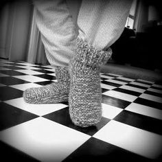 Voici les chaussons (taille adulte) en tricot ! Ils sont rapides à réaliser et très utiles pour avoir bien chaud aux pieds en hiver ! ... Slipper Socks, Slippers, Christmas Crafts For Adults, Leg Warmers, Knit Crochet, Knitting Patterns, Couture, Deco, Sewing