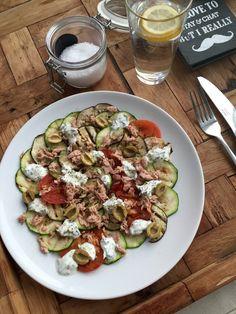 Carpaccio van aubergine, courgette en tomaat met tonijn en een yoghurt peterselie saus