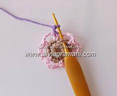 Passo a passo flores de crochê e apostilas com as peças mais pedidas de minhas cliente. Acessórios em crochê: colar, cachecol, golas...