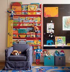 Para os livros, a arquiteta Olivia Messa criou um painel. Os brinquedos ficam em caixas, ao alcance do menino de 4 anos