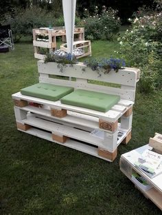Recycling of pallet wooden furniture projects design 2019 - pallet ideas. Old Pallets, Pallets Garden, Recycled Pallets, Wooden Pallets, Pallet Benches, Recycled Wood, Recycled Materials, Pallet Couch, Wooden Pallet Projects