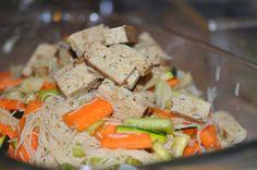 Mariniertes Gemüse und Tofu mit Reisnudeln