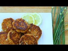 Flaked salmon is blended with herbs, bread crumbs, and potato flakes to form tasty and versatile little pan-fried patties. Simple Salmon Patties Recipe, Fresh Salmon Patties, Tuna Patties, My Recipes, Cake Recipes, Cooking Recipes, Fish Recipes, Recipies, Favorite Recipes
