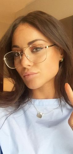 How to find the *perfect* glasses for your face shape. Grant for more pins Glasses Outfit, Cute Glasses, Fashion Eye Glasses, Girls With Glasses, Glasses Frames Trendy, Louise Thompson, Glasses For Your Face Shape, Stunning Eyes, Womens Glasses