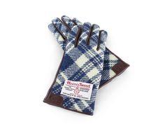 unico×ハリスツイードのコラボシリーズ。カーフレザーを合わせた上質なグローブは温かみがあり、心地の良い肌触り。女性の手元を細く美しく見せてくれます。/グローブ(HARRIS TWEED)/Tatemachi Christmas Collection