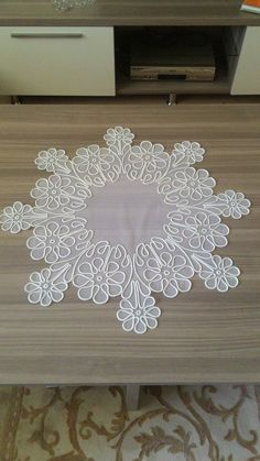 Elişi Cutwork Embroidery, Machine Embroidery Patterns, Embroidery Stitches, Embroidery Designs, Brother Innovis, Romanian Lace, Point Lace, Linens And Lace, Lace Making