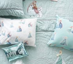 This supersoft duvet cover is woven from pure cotton and features scenes with their favorite Disney Frozen characters in action for a touch of icy cool magic to keep them warm at night. Frozen Girls Room, Frozen Nursery, Disney Frozen Bedroom, Frozen Kids, Frozen Room Decor, Frozen Inspired Bedroom, Frozen Bedding, Frozen Quilt, Bedroom Themes