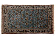 GHOUM (Iran) laine et fleurs entourées de soie, vers 1975  Fond bleu ciel à…