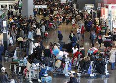 63. A lot of citizens temporarily leave Japan, fearing radiation. / Muchos ciudadanos salen del país temporalmente por miedo a la radiación.