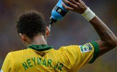 Neymar se refresca tras recibir una entrada de un jugador japonés Neymar Jr, Fifa, Ham, Sports, Neymar Brazil, World Championship, Entryway, Hs Sports, Hams