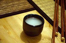 El Sake es bebida típica de Japón, su elaboración se hace a partir del arroz fermentado y otros ingredientes como el agua y el koji.