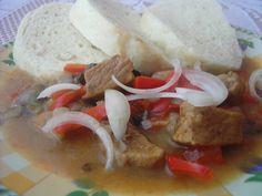 omáčka s vepřovým masem a houbami na způsob guláše (červená paprika)