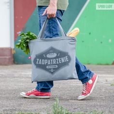 Jeśli wybierasz się po zaopatrzenie, to nie znajdziesz lepszej torby niż nasza. Uszyta z solidnej bawełny, pomieści wszystkie sprawunki, od najpotrzebniejszych produktów spożywczych, po najdziwniejsze gadżety i wynalazki. Gym Bag, Lunch Box, Reusable Tote Bags, Retro, Lady, Duffle Bags, Neo Traditional, Rustic, Retro Illustration